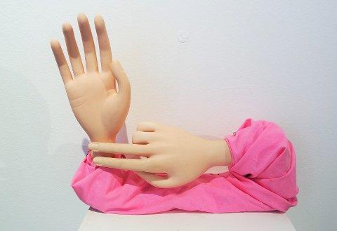 """I verket """"Do you feel alive?"""", tar den ene hånden pulsen på den andre, som for å fortsatt kjenne etter at det er liv."""