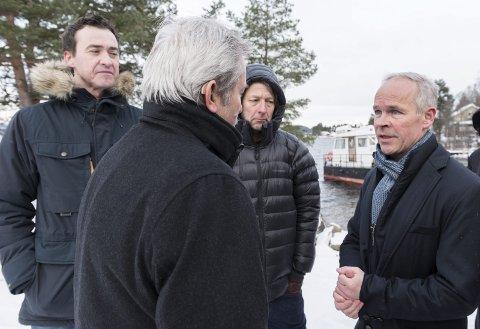 Nabo Dag-Kjetil Holtane-Berge til høyre, ordfører Per R. Berger i midten og Kommunal- og moderniseringsminister Jan Tore Sanner (H) til høyre ved brygga der AUF nå foreslår å plassere et minnesmerke.