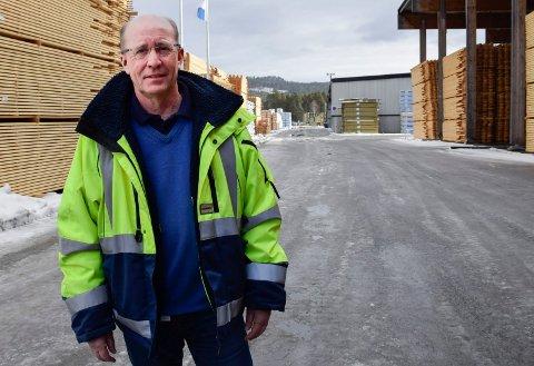 HOLDER ANSATTE I JOBB: – Vi har en ambisjon om å prøve å opprettholde produksjonen så lenge det går, sier Atle Nilsen på Moelven Soknabruket. Mye av eksporten har nå stoppet opp, men det norske markedet for trelast holder seg ennå.