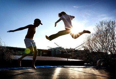 TRONDHEIM  20090507: Gutter nyter våren og solen på trampoline i hagen. Barndom. Hopper. Sol. Livsglede. Lykke. Lykkelig. Vennskap.  Foto: Gorm Kallestad / SCANPIX  NB! Modellklarert