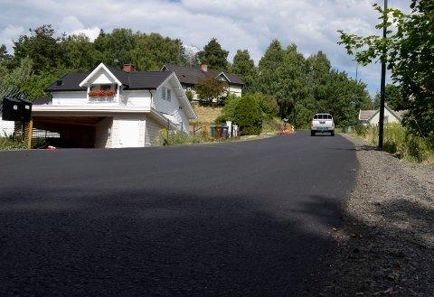 NY: Rabbaveien har fått ny, fin asfalt, men en bileier hevder at han fikk skader på bilen under asfalteringen. Illustrasjonsfoto: Pål Tr. Mannsverk