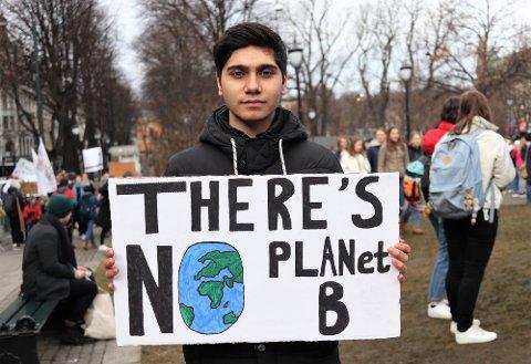 MÅ HANDLE: Aram Azari (16) fra Hønefoss var blant dem som deltok i klimastreiken foran Stortinget i vår.