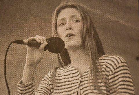 1990: Den gangen opptrådte hun som 14-åring - nå jobber hun med å forberede andre til å opptre. Hva heter hun?