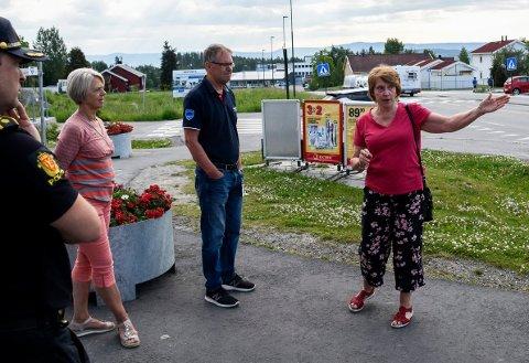 FIKK GEHØR: Lisa Anny Holm Odden i Tyristrand landsbyforening forklarte i sommer Erling Rustad fra Statens vegvesen om trafikkutfordringene på Tyristrand. Nå er foreningens ønske om lavere fartsgrenser oppfylt.