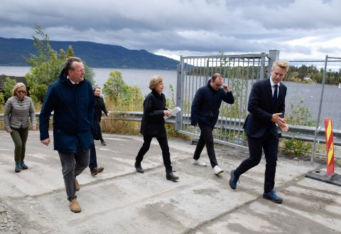 PÅ BEFARING: Regjeringsadvokat Anders Wilhelmsen til høyre og beboernes advokat Ole Hauge Bendiksen til venstre, under befaring ved Utøya-kaia under rettssaken forrige uke.
