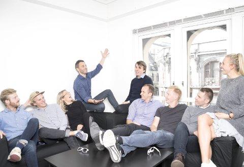 Store ambisjoner: Daglig leder Andreas Thorsheim (midten, gestikulerende) har store ambisjoner for Otovo og teamet som utvikler det de kaller «fremtiden energiselskap». Foto: Jon Gorospe / Otovo