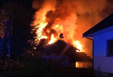 SLUKT: Huset ble slukt av flammene natt til mandag. FOTO: ROGER ØDEGÅRD