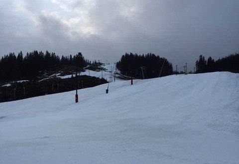 UFORSVARLIG: Isete forhold og lite snø i bakkene som følge av mildværet, har ført til at Marikollen har stengt skianlegget. Heller ikke på langrennsstadion eller i hoppbakken er det snø nå.