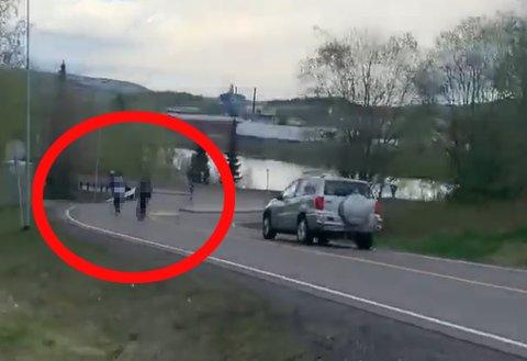 LIVSFARLIG: Ungdommene raser nedover Longsdalen på sparkesyklene før de vrenger ut til venstre på Nedre Rælingsveg. Flere biler måtte bråbremse for å unngå å treffe dem.