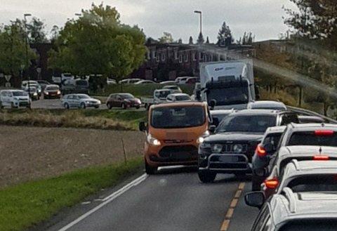 KØ: Trafikkuhellet i Nordbyveien førte til en lengre kø mellom Olavsgaard og Strømmen tirsdag ettermiddag.