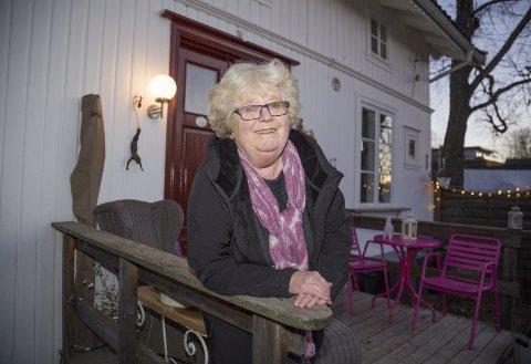 DIPLOM: Lise Marion Malme har fått diplom i anledning Bevaringsprisen fra Buskeruds fortidsminneforening.–Det er hyggelig å vite at det er flere som setter pris på jobben jeg har gjort med huset som er fra 1885, og et av de eldste husene på Spikkestad, sier hun.