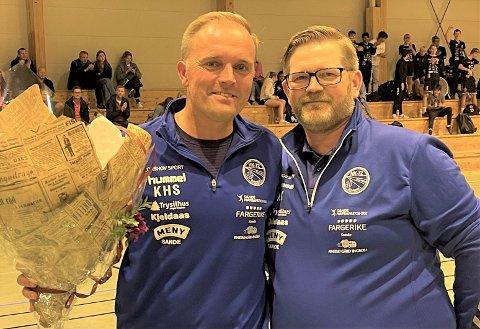 HEDER: Trener Kent-Harry Søberg blir tildelt blomster av Kenneth Kåsin for innsatsen i HK-72 Sande.
