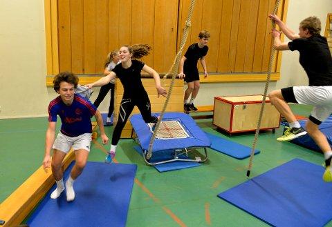 GØY Å BIDRA: Benedicte Westberg (bak) og John Kristian Gurijordet liker å bidra til aktivitet og at de får øve på det å lede andre.