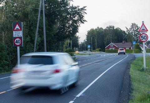 FORVIRRENDE: Raveien ved Hunsrød har hatt mange forskjellige fartsgrenser, men ikke denne. Det skal altså være 50-sone her, og ikke 40.