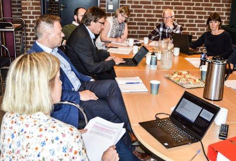 KONTROLLUTVALGET: Rådmannsansettelsen ble behandlet onsdag, f.v. revisor Bente Hegg Ljøsterød, HR-sjef Magne Eckhoff, rådmann Bjørn Gudbjørgsrud, Erlend Hem (Ap), sekretær Birte Jonassen Berg, leder Arne Larsen (SV) og Anne Gro Olafsen (H).