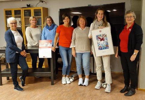 Leder og nestleder for fylkeslaget i Vestfold og Telemark, Pauline Gundersen Nordbø og Sonja Ekman, overrakte prisen sammen til avdelingsleder Anne Lise Lågrinn Erlandsen som tok imot prisen på vegne av de ansatte på avdelingen.