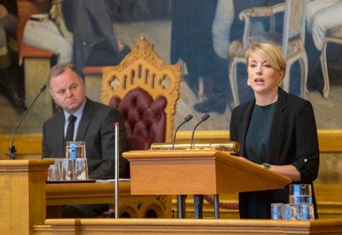 Kari Elisabeth Kaski (SV) under debatten om at Norge må utrede muligheten for å signere atomvåpenforbudet. T.v stortingspresident Olemic Thommessen.