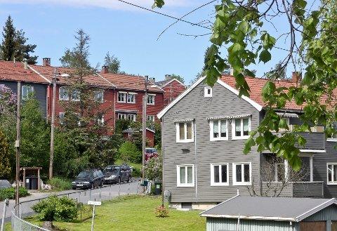 Opprinnelig var husene malt i rødt, blått og gult. I dag males de om, og mange av dem blir grå.