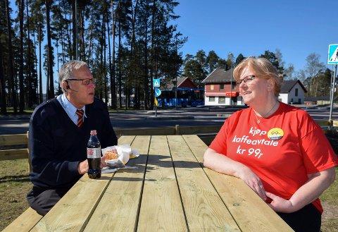 Butikksjef Julianne Torp, ved Shell på Momarken, med kunde Stein-Even Nybjerkan. Han er fra Våler og kjører pasienttransport og tar seg gjerne en matpause ved Shell Momarken.