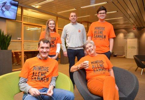 Denne blide gjengen satt i banken. Bak fra venstre: Camilla Yvonne, Fredrik Mortvedt, Espen A. Volden. Foran fra venstre: Per Inge Bjerknes og Rita Sletner. Foto: Glenn Thomas Nilsen