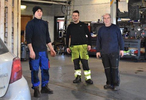HELT GRESK: Albert Kurati, Kiriakos Odiseas Sevastis og Andreas Sevastis er alle tre fra Hellas. Nå satser de på å drive videre Vidars Autorep i Spydeberg.