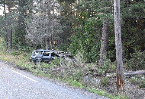 HØY HASTIGHET: Bilen var totalskadet og området rundt bar preg av ulykken.