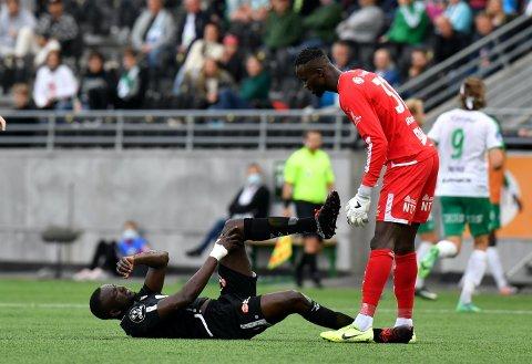 SMELL: Mansour Gueye kan vera ute i lang tid etter at han truleg skadde leddbandet i kneet i denne situasjonen i 1–2 tapet mot HamKam.