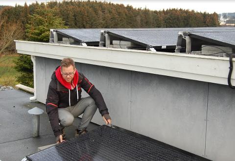 Bjørn Ove Bergseteren viser hvordan anlegget på Kjerrbergtunet er montert for å få utnyttet sollyset fra alle kanter.