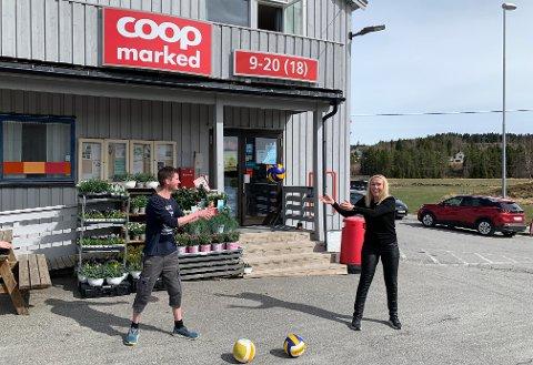 Butikksjef ved Coop Marked Stod, Anders Åstrøm, og leder i Stod Frivilligsentral, Nina Rygg, er glad de har fått penger til å gjennomføre Sommersprell i Stod også denne sommeren.