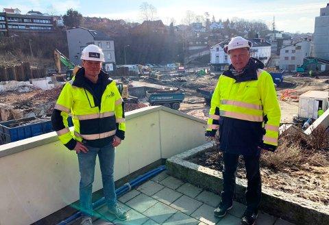 OPPTATT AV SIKKERHET: - Vi må ta hensyn til sikkerheten, sier prosjektleder Stein Kristiansen (t.h.) som en forklaring på at Kongens gate (bak byggeplassen på bildet) fortsatt er stengt. Kristiansen står sammen med den andre prosjektlederen, Øyvind Øverås.