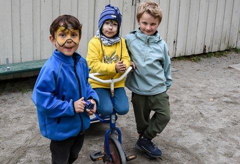 GLEDE: Darius Joel Norgren (f.v.), Adrijus Ambruzejus og Einar Andersen kan nå glede seg over at iallfall fire sykler som ble stjålet for 14. dager siden har kommet til rette.