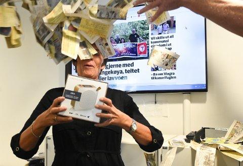 TREKNING: Marianne Bredrup i Telens markedsavdeling er godt fornøyd med deltakelsen på vår tradisjonelle sommerkonkurranse og deler ut DAB-radio og Flax-lodd i premie. Foto: Beate Evensen