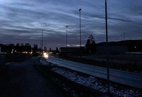 MØRKT: Slik så det ut i Lisleheradvegen mandag morgen ved 07.45-tiden - bare en uke etter at gatelysene var slukket sist.