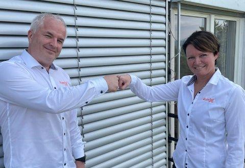 """GLAD FOR STØTTE: Lars Martin Lund, styreleder, og Barbro Moen Ternsten, vekstpilot og styremedlem, er glad for støtte fra Viken fylkeskommune. - Dette er helt innertier, sier de to """"Notoddingene"""""""