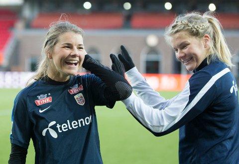 FOTBALLSØSTRE: Andrine (til venstre) og Ada Stolsmo Hegerberg spiller på landslaget.
