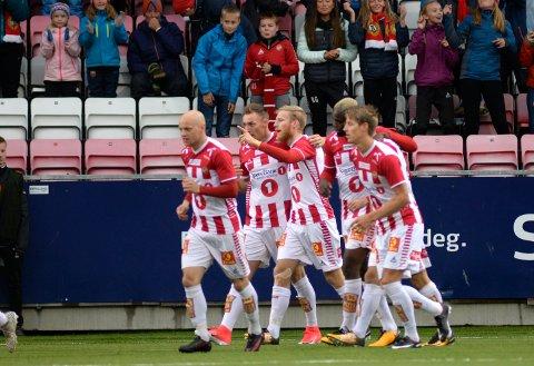 Tromsøs Gjermund Åsen blir gratulert etter 1-0 scoringen i kampen TIL-Aalesund på Alfheim stadion.