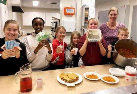 Suksess: Seks elever fra elevrådet på 5.-7. trinn, to fra hver klasse, laget maten som ga gode inntekter til tv-aksjonen. Fra venstre Thea Alexandra Langtinn, Tereza Oqbamicail, Anette Johnsen Strand, Maja Toft Ramsvik, Selma Hagen, Anne Harjes og Nicolay Engdal.