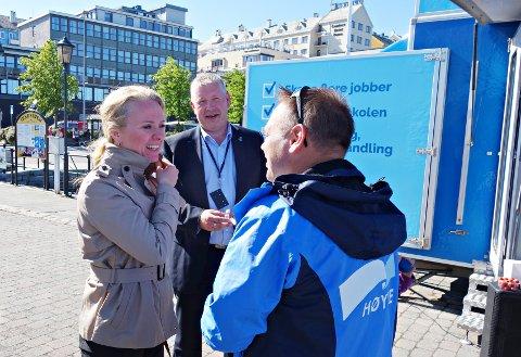Anniken Hauglie har fått ny toppjobb i oljebransjen. På bildet er hun i samtale med Torbjørn Sagen og Leif Ersnes under valgkampen i Kristiansund sommeren 2017.