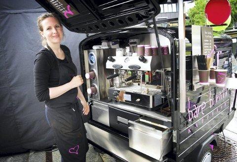 Scooterkafé: Marit Due Akerholt  kan nå lage ordentlig kaffe hvor som helst. Nylig kjøpte hun en scooter som er bygd om til kaffebar. FOTO: Emira Holmøy