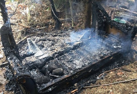 SLUKKET: Denne sofaen sto i brann i et skogholt og brannvesenet rykket ut og slukket etter at forbipasserende meldte ifra.