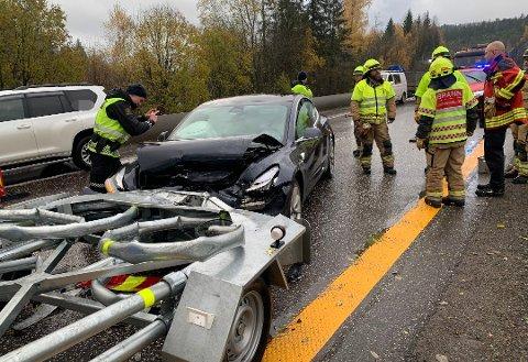 STORE SKADER: Teslaen fikk store skader og airbagene i bilen ble utløst i sammenstøtet.