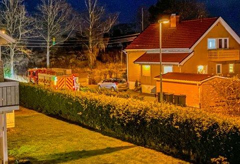 STÅR FAST: Brannvesenet bistår i redningen av to jenter som skal ha gått seg i skårfeste i turstien Nordre Sikksakk i Holmestrand.