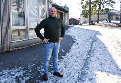 FORNØYD: Rektor André Fürst Aune gleder seg til å ønske elevene tilbake til Ringshaug skole når koronarestriksjonene letter opp.