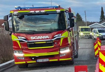 RYKKET UT: Nødetatene rykket ut etter melding om brann på Ringshaug mandag ettermiddag.