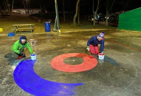 GJORDE ALT SELV: Ideen til curlingbanen fikk foreldrene da de så hvor gøy ungene syntes det var med en en rundbane. De bestilte selv inn maling og utstyr og anlagte curlingbanen. Foto: Privat