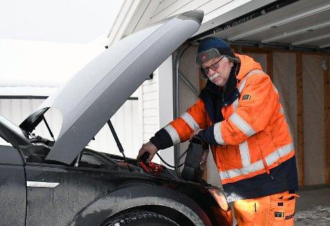 HEKTISK: Bilberger Olaf Fossum hos Trøndelag bilhjelp bistår en bileier med å få start i sprengkulde som har lagt seg over distriktet.