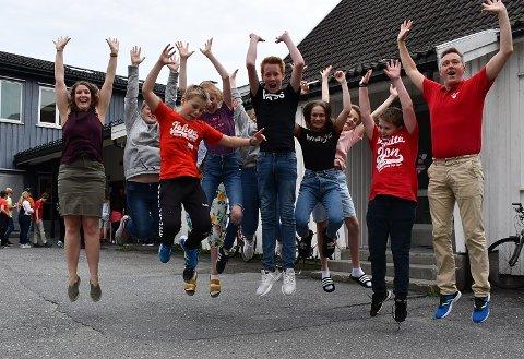 Ingen tvil om at 7. klasse ved Songe skole er flinke til å hoppe. Her er de flankert av klassekontakt Katrine Odd Dokkenes (tv) og Kurt Henning Johnsen fra Nasjonalforeningen for folkehelse.