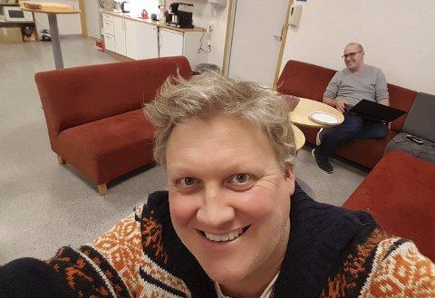 Primus motor: Her er Øyvind Aanonsen og makker Henning Sommerfelt ferdige med manuset til skolemusikalen i 2019. Siden har det vært stille i aulaen på Lyngmyr, men nå skal det fylles med lyd igjen. Foto: Privat