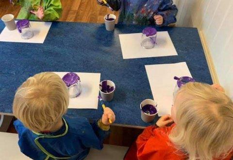 De 18 barna i Maristua barnehage har brukt mye tid i det siste på å male lyslykter (Foto: Privat).