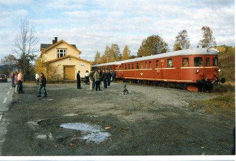 LOKALTOG: Dieselmotorvogn-sett av type 86. Slike ble brukt i lokaltrafikken mellom Oslo og Hakadal fram til elektrifiseringen i 1961. På Valdresbanen gikk de fram til 1968. Bildet er tatt på Hov under en veterantogtur i 2003.